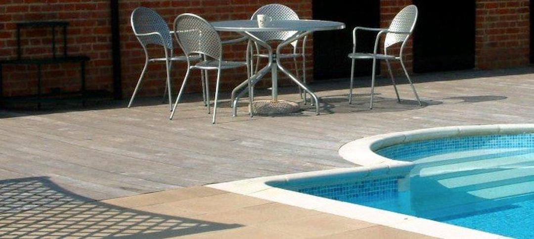 Čištění a mytí bazénové dlažby